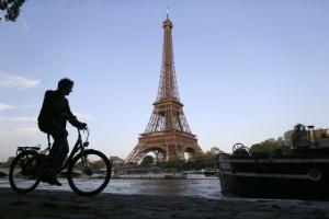 fietsen langs de eiffeltoren parijs
